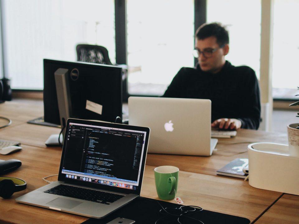 عمل مطور المواقع الإلكترونية ومستقبله الوظيفي